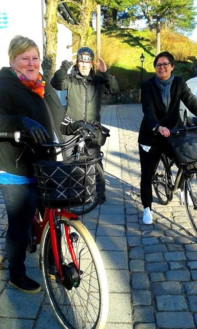 Anne Mette Fosshaugen og Trine Bydahl Gulbrandsen venter tålmodig på kollega Frank Omdal som strever veldig med å få på seg hjelmen