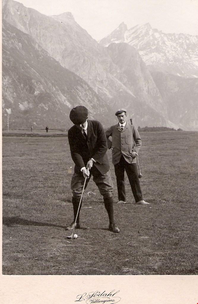 Golf på Setnesmoa i Rauma tidlig på 1900-tallet. Bildet er datert til 1902 av Romsdalsmuset. Andre hevder bildet er fra 1910, eller kanskje så sent som 1920.