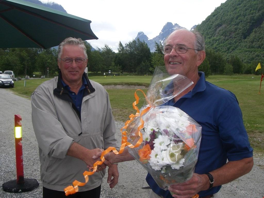 Elling Thokle (t.h.) og Einar Skorgen etter Ellings tale den 23.06.2007 i anledning klubbens 10 årsmarkering baneåpning av utvidelse fra 6 til 9 hull.