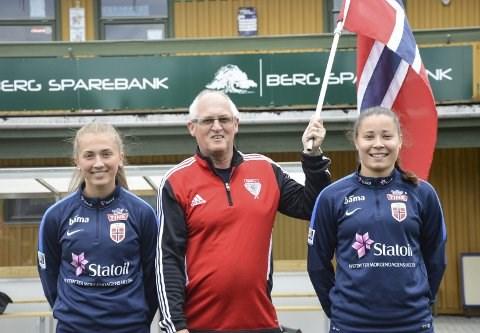 GLEDER SEG: Knut Nilsen lyste opp da han så J19-landslaget til Norge kom gående inn på Berg stadion, og gleder seg til det skal spilles landskamp her på torsdag.