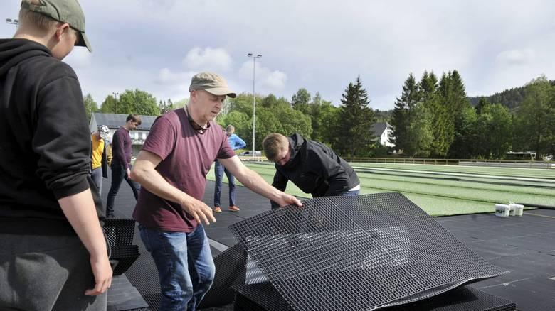 ALLE MANN I ARBEID: Espen Johnsen (til venstre) og Ole Nordheim Sjaastad i full gang med å legge ut dreneringsmatter. Dugnadsinnsatsen blant bangsundingene er på topp i innspurten av arbeidet med ny bane.