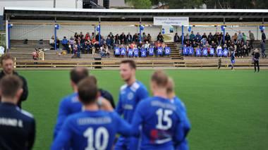 BANGSUND IL 100 ÅR: Omkring 250 hadde møtt opp for å ta del i bursdagsfeiringa til hundreåringen Bangsund IL i helga, der ett av mange høydepunkt var jubileumskampen mellom juniorlaget og 2.-divisjonslaget fra 1998.