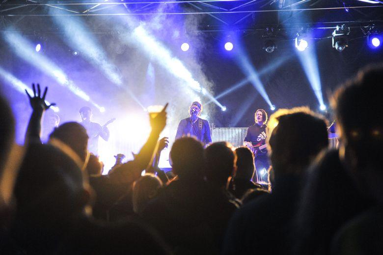 GOD STEMNING: Det var mye allsang og god stemning under Rotlaus-konserten på Bangsund stadion lørdag.
