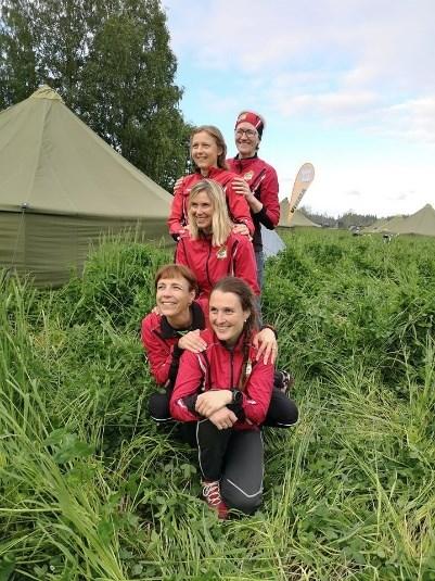 Bildet kan inneholde: 6 personer, inkludert Mari Berger Skjøstad, personer smiler, barn, himmel, utendørs og natur