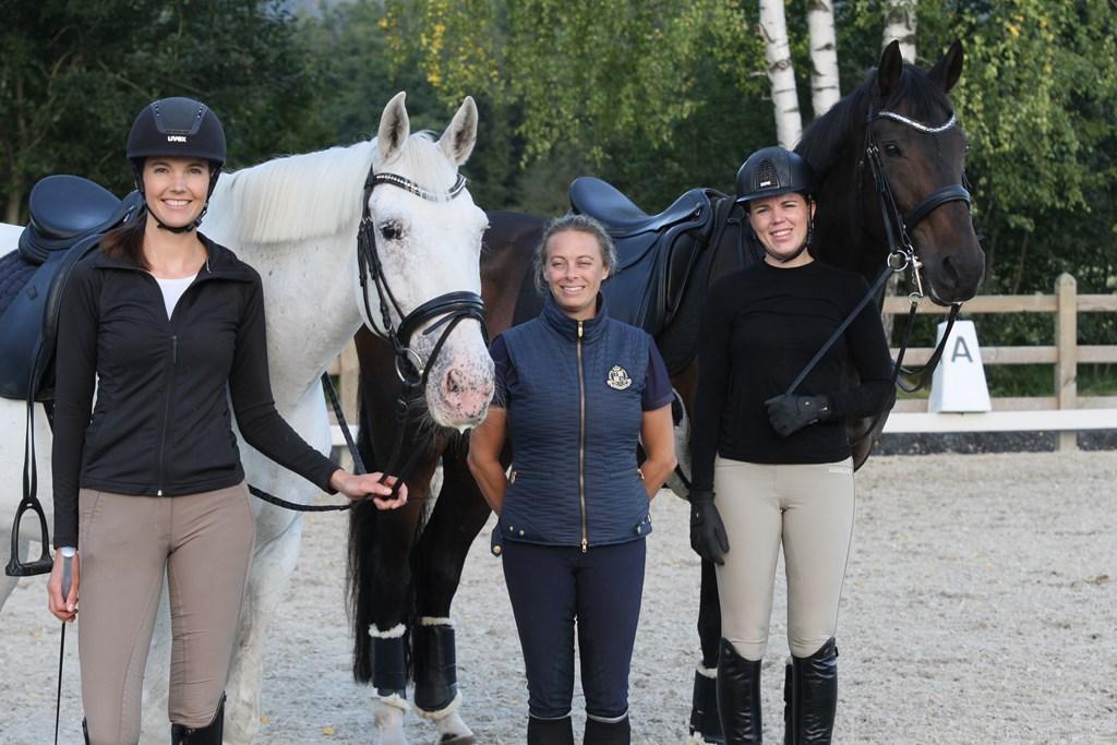 Drammen og Omegn Rideklubb stiller lag til NM i dressur, tjueseks år siden forrige gang.  Fra venstre Nina Merete Bjerkaas og Precious Tamara, Sofie Lundqvist, Malin Wang-Johannessen og Majkas Romaine