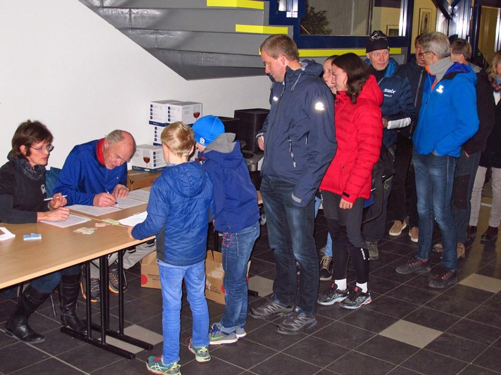 Det var lang kø ved inngangen hvor Litrims Bente Hamnes og Jørn Breili var travelt opptatt ved å dele ut deltakerpermier, resultatlister og lodder etter hvor mange løp den denkelt hadde deltatt i.