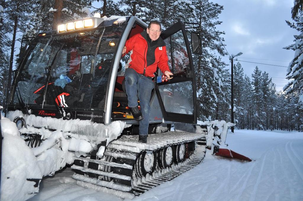 STÅR KLAR: Løypekjører Magne Kolstad står klar til å kjøre løyper i Stavåsen, men foreløpig har han bare fått begynt prepareringen. - Det er mulig å skøyte, men ikke bruk ski du er redd for, sier han.