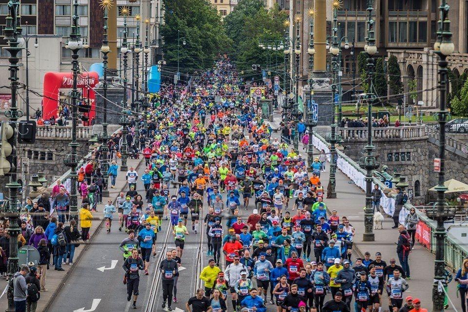 Praha Marathon har start og mål på torget i gamlebyen og går for en større del langs elva Vltava. Løypa er relativt flat, men går for en del på brostein (Foto: facebook/runczech)