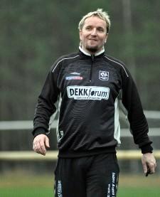 Ingvald Langemyr dømmer i oppvisningskampen under åpningsfesten for kunstgressbanen.
