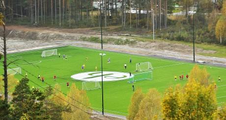 Første oversiktsbilde av den nye kunstgressbanen.