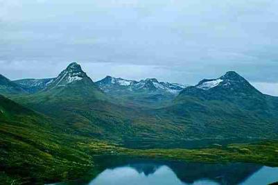 Utsikt mot majestetiske Oldertind tv. (1207 m) og Revtind (1219m)