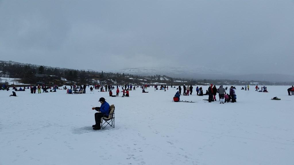 Det var folksomt på isen på Vasetvatnet skjærtorsdag. Hele 145 personer deltok i pilkekonkurransen.