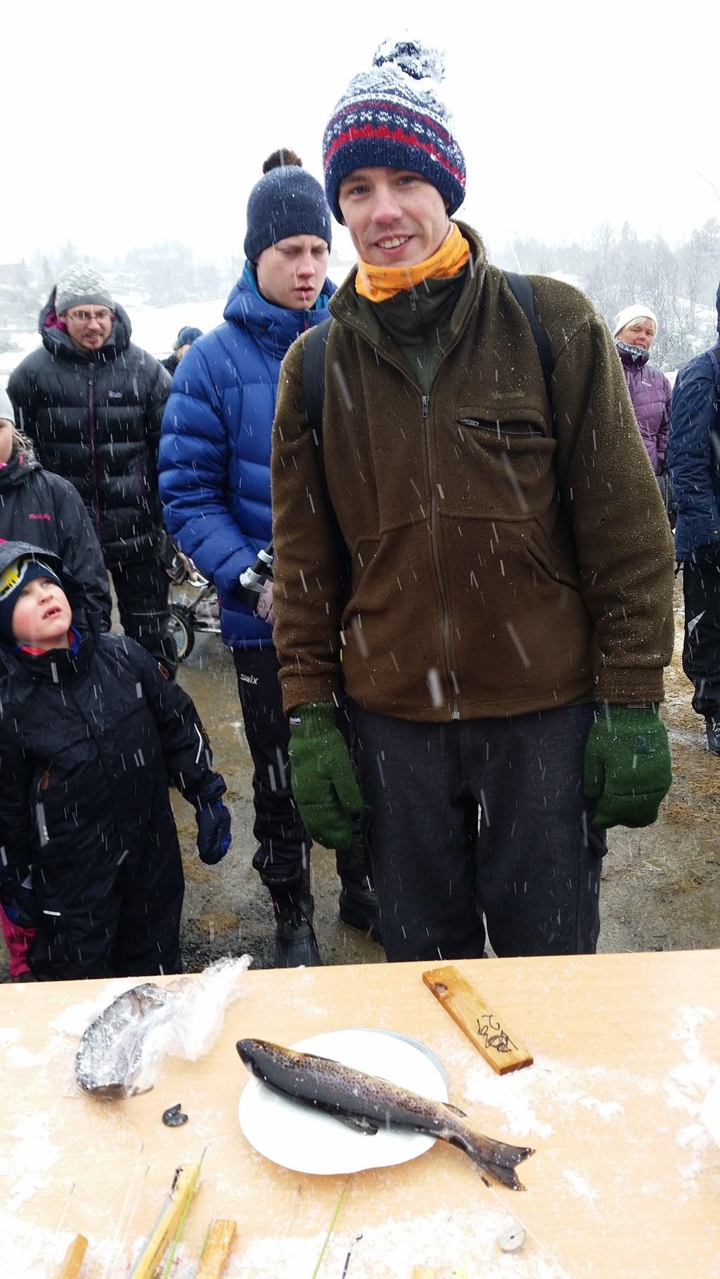 Kristoffer Brodshaug fra Feiring ble vinner av Vasetpilken 2017. Her med dagens største fisk. En ørret på 377 g.