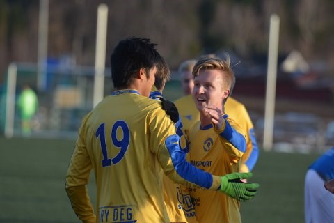 Jamie Sagstuen har scoret og Erik Grønvold gratulerer. Etter pause byttet de roller i 6-0-seieren.